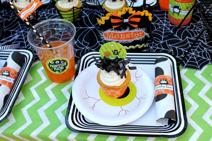 Monster Mash, Halloween, googly eyes, boo, table setting, eye plates, drinks, cupcakes